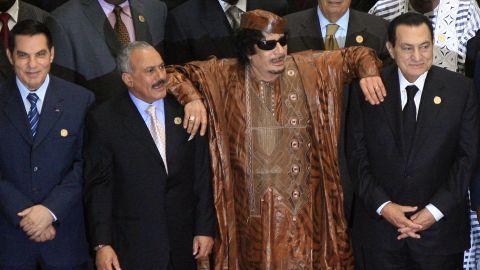 Libyan leader Moammar Gadhafi leans on Egyptian President Hosni Mubarak and Yemeni President Ali Abdullah Saleh in the 2nd Afro-Arab Joint Summit in Sirte, on October 10, 2010.