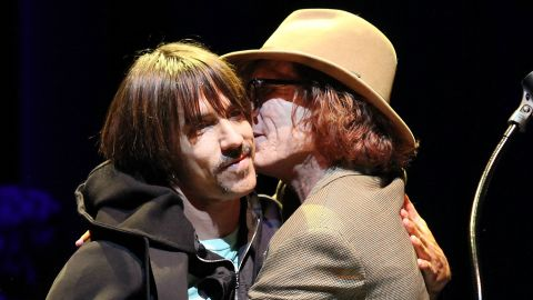 Bob Forrest gives friend and fellow musician Anthony Kiedis an award at a MusicCares fundraiser  in 2009.