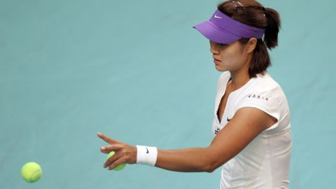 French Open champion Li Na suffered an unhappy return to Paris after injury forced her withdrawal from the indoor event