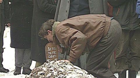 pkg amanpour 1993 sarajevo funeral_00015924