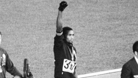 aiming gold olympics black power salute_00033208