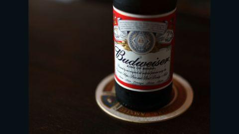 """No. 3 Budweiser: """"la Reina de las Cervezas"""" vendió 38,7 millones de barriles el año pasado."""