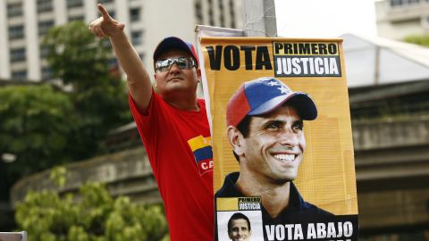 A supporter of Venezuelan opposition presidential candidate Henrique Capriles attends a campaign rally in Caracas, on September 30, 2012.