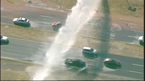 vosil water main break splashes expressway_00005018