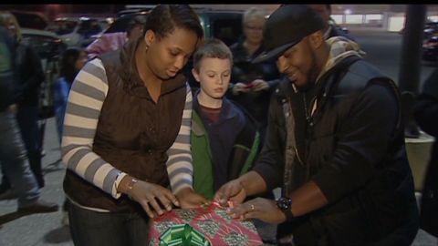 pkg strangers donate cash to family for xmas_00011512