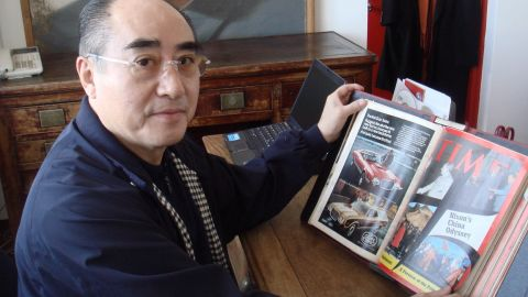 Zhuang Zedong's chance meeting with a U.S. player was instrumental in Beijing's decision to invite the American table tennis team for an exhibition match in 1971. He is pictured here in 2008, looking at a Time magazine cover from 1972.<br />