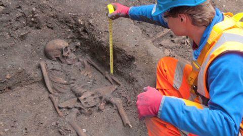 intl black death skeletons isa soares pkg_00010323.jpg skeleton london