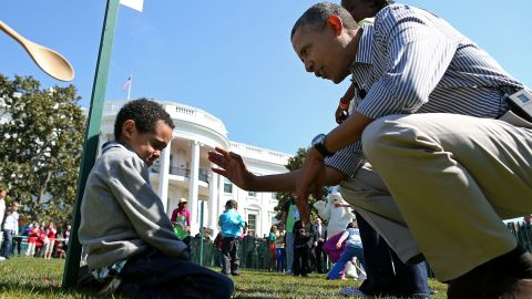 Obama talks to crying 5-year-old Donaivan Frazier during the egg roll.