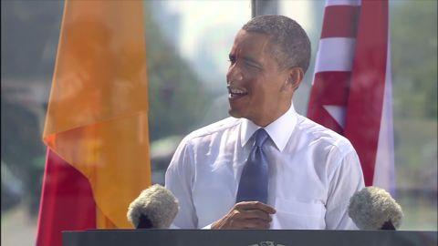 sot obama berlin brandenberg jacket_00002317.jpg