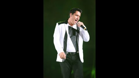 """Fans are usually ticked when a performer pulls out of a gig, but when Jonathan Knight did it in April 2013, concertgoers were just concerned. The New Kids on the Block member, seen in July, was performing in New York with his reunited bandmates when some of the audience began to notice that Jon was """"visibly out of sync"""" with the rest of the group. When the other members tried to encourage him to sing, he lost his nerve and <a href=""""http://www.cnn.com/2013/04/05/showbiz/music/jonathan-knight-walks-off-concert"""">walked off stage</a>. Later, Jon tweeted a simple apology to his fans: """"I'm sorry......"""""""