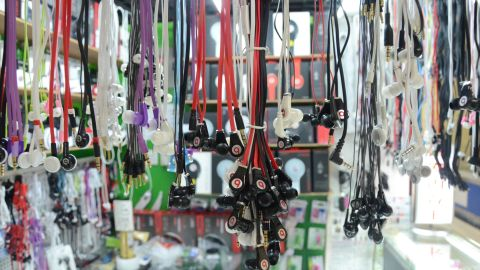 Many stores in Shenzhen offer fake Beat by Dr Dre products, as demand from consumers and international businesspeople is on the rise.