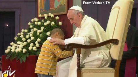 tsr moos boy wont leave popes side_00002025.jpg