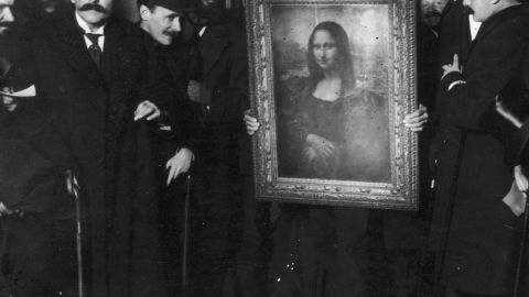 Officials gather around Leonardo da Vinci's 'Mona Lisa' (aka 'La Gioconda' or 'La Joconde') upon its return to Paris, 4th January 1914. It was stolen from the Musee du Louvre by Vincenzo Peruggia in 1911, and has only just been recovered. (Photo by Paul Thompson/FPG/Archive Photos/Getty Images)