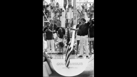 Turner bows after winning the 1977 America's Cup.
