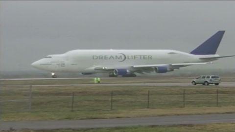 VO Boeing Dreamlifter successfully departs small runway_00000000.jpg