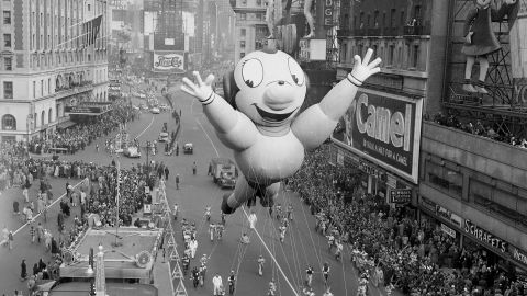 <strong>Mighty Mouse (1951):</strong> Mighty Mouse soars above the crowd as he hogs the spotlight in his balloon debut.