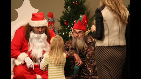 Si, appearing on the show as an angry elf, tells children they're not going to get the gifts they ask for. He told one young girl, who asked for art supplies, that there's no money in being an artist.
