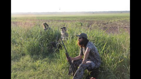 Phil, Si and Jase go dove hunting.