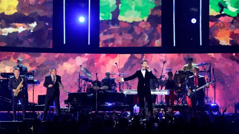 Robin Thicke performs a medley of hits with Chicago, one of the best-selling bands of the '70s.