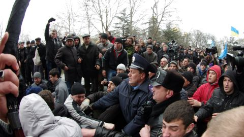Police try to separate pro and anti-Russian activists in front of Crimean regional parliament in Simferopol on February 26, 2014.