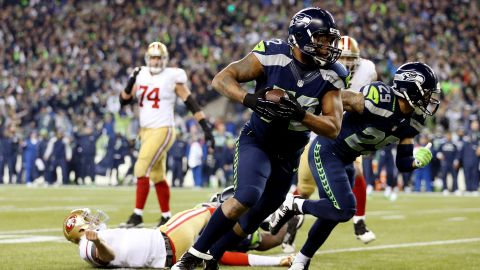 SEATTLE, WA - JANUARY 19: Defensive end Michael Bennett #72 of the Seattle Seahawks recovers a fumble by quarterback Colin Kaepernick #7 of the San Francisco 49ers and runs for 17-yards in the fourth quarter during the 2014 NFC Championship at CenturyLink Field on January 19, 2014 in Seattle, Washington. (Photo by Christian Petersen/Getty Images)