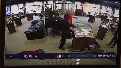 dnt Surveillance camera catches jewelry store heist _00003222.jpg
