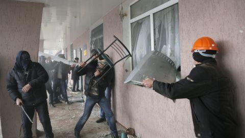 Men besiege the police station in Horlivka.