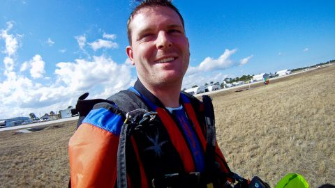 <strong>Zips:</strong><br /><strong> </strong><br />Zips are a necessary evil that allow the pilot to free themselves from the suit's restrictive grasp after pulling the parachute cord -- but they also contribute to drag.<br /> <br />Modern designs attempt to limit the resistance caused by zips and seems, to increase the speed and gliding distance of the suit.<br />The newest Tonysuits' models feature just two long zips which follow the line of the body.