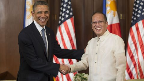 US President Barack Obama (L) shakes hands with Philippines President Benigo Aquino during a visit to the Malacanang Palace in Manila on April 28, 2014.