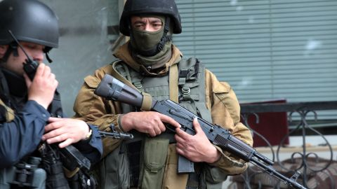 Ukrainian troops guard a checkpoint near the eastern Ukrainian city of Slavyansk on May 5, 2014.