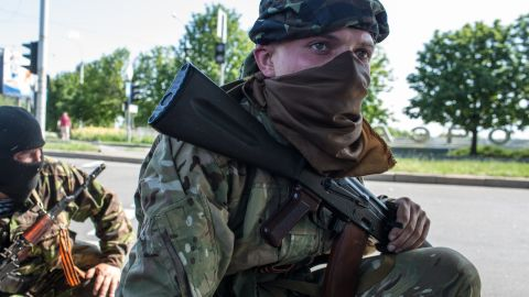 Pro-Russian separatist fighters take positions outside the Donetsk airport, the scene of an hours-long battle between pro-Russian separatists and Ukrainian forces, on May 26, 2014.