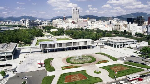 Visits by foreign tourists to the Hiroshima Peace Memorial Museum hit a record high of 338,891 in 2015.