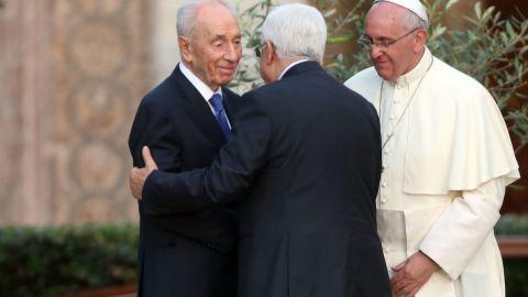 Pope Francis (R) meets Israeli President Shimon Peres (L) and Palestinian President Mahmoud Abbas.