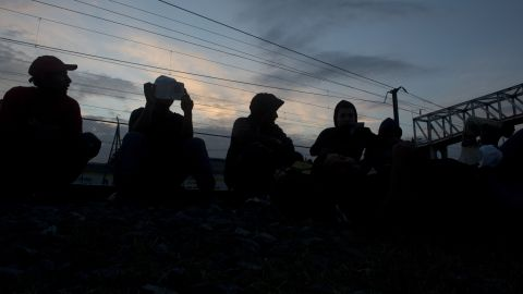 File photo: Honduran inmigrants from Progreso await a chance to board the train in Tultitlan, Mexico state on May 17, 2012.