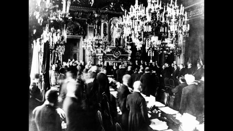 Versailles Palace, representative of Germany and the Allies sign the treaty that ended World War I, June 28, 1919.
