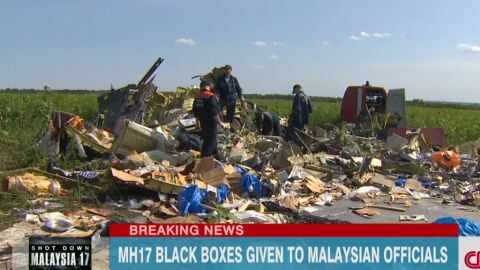 newday dnt cuomo mh17 malaysia black boxes handed over_00003803.jpg