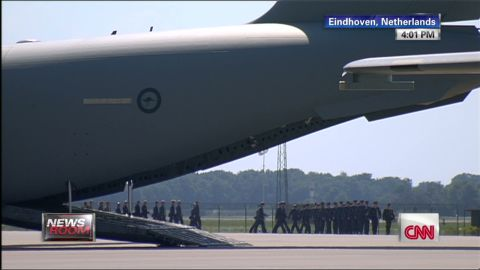 nr plane bodies arrive Netherlands MH17 Malaysia _00020608.jpg