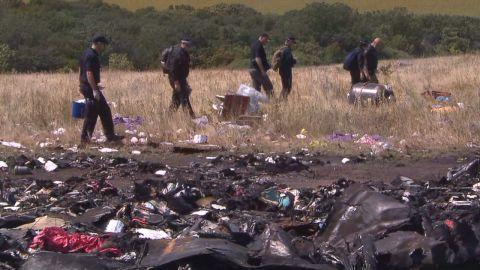 pkg paton walsh ukraine mh17 crash site_00015706.jpg