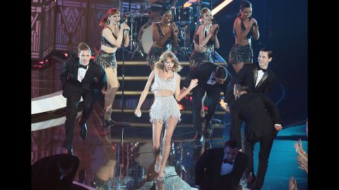 INGLEWOOD, CA - AUGUST 24:  Recording artist Taylor Swift (C) performs onstage during the 2014 MTV Video Music Awards at The Forum on August 24, 2014 in Inglewood, California.  (Photo by Michael Buckner/Getty Images)