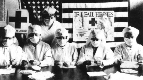 UNSPECIFIED - JANUARY 27:  Red Cross volunteers fighting against the spanish flu epidemy in United States in 1918  (Photo by Apic/Getty Images)