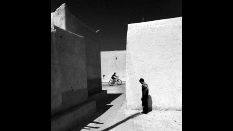 """<em>An alley in an old part of Kish Island</em> by <a href=""""http://instagram.com/f64s125"""" target=""""_blank"""" target=""""_blank"""">Ako Salemi</a> (Iran)"""