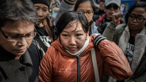 Indonesian former maid Erwiana Sulistyaningsih (C) arrives at the court of justice in Hong Kong on February 10, 2015. A Hong Kong woman accused of torturing her Indonesian maid is set to face the court's verdict on February 10 in a case that sparked international outrage. AFP PHOTO / Philippe Lopez (Photo credit should read PHILIPPE LOPEZ/AFP/Getty Images)