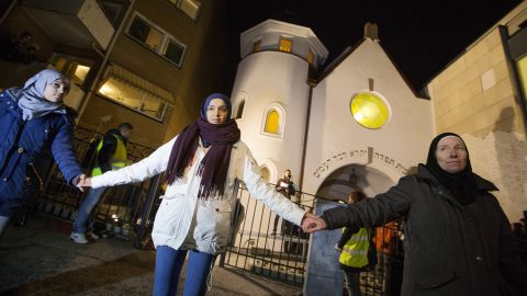 """More than 1,000 people formed a """"ring of peace"""" around the Norwegian capital's synagogue, an initiative taken by young Muslims in Norway after a series of attacks against Jews in Europe, in Oslo, Saturday, Feb. 21 2015."""