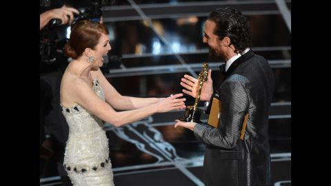 """Matthew McConaughey presents Julianne Moore with the best actress Oscar for her role in """"Still Alice."""""""