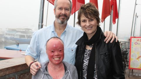 Mui Thomas with her parents