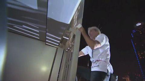 ctw French 'spiderman' climbs Dubai tower_00004601.jpg