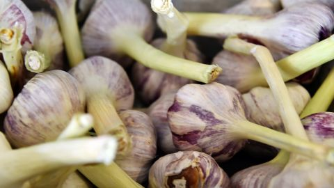Garlic, leeks, wheat and barley contain inulin, a type of fiber that promotes healthy gut bacteria.