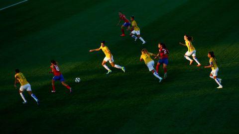 Costa Rica breaks through the Brazilian defense.