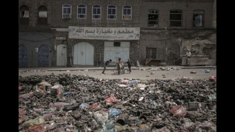 People look for water in Aden's Crater district.