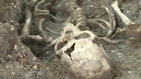 1665 plague mass grave unearthed in london pkg_00004606.jpg